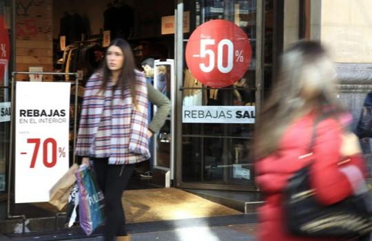 Comercios con carteles anunciando las rebajas en Bilbao. Efe