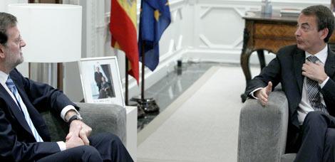 Rajoy y Zapatero dialogan, ayer, en el Palacio de La Moncloa / José Aymá