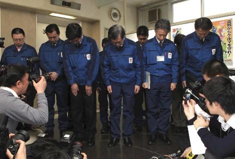 Los directivos de Tepco, compañía propietaria de la central de Fukushima, ayer.