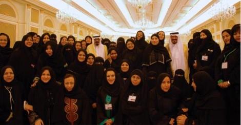El rey Abdallah y el príncipe Sultán, rodeados de mujeres. (AFP)