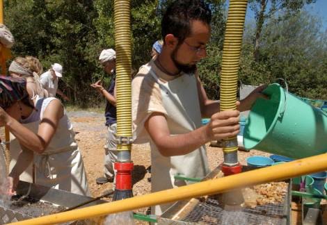 Juan Manuel López en el lavado de sedimento