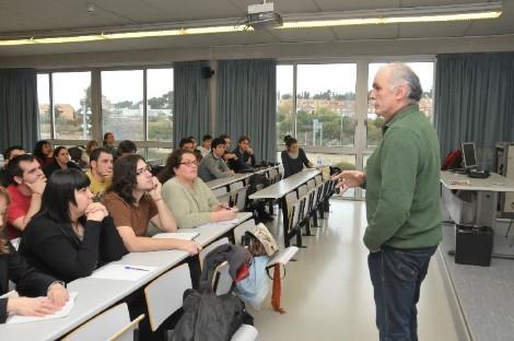 Eudald Carbonell impartiendo una clase en la Universidad Rovira i Virgili de Tarragona