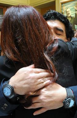 Maradona abraza a Cristina Fernández.
