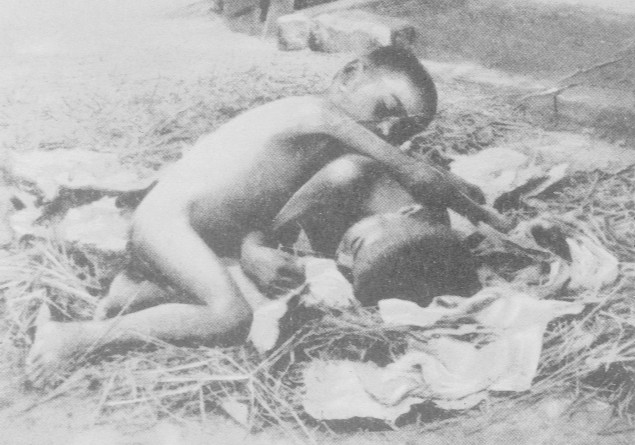 Amala y Kamala, las dos niñas que fueron encontradas en la selva india en 1920.