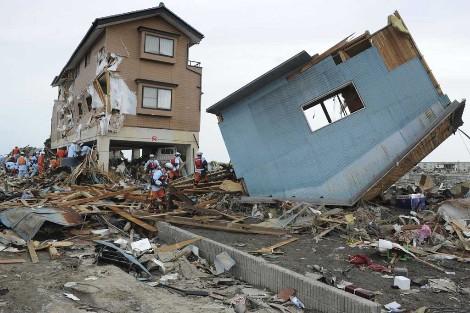 El equipo de rescate busca supervivientes entre los escombros.| Efe