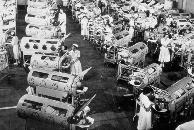 Sala con los llamados 'pulmones de acero' para casos graves de polio.}
