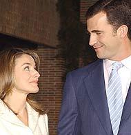 El Príncipe Felipe y Letizia Ortiz durante el anuncio. (Efe) <a href=https://www.elmundo.es/fotografia/2003/11/anuncioreal/index.html>MÁS FOTOS</a>