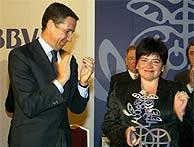 El ministro Zaplana entrega el premio a la alcaldesa de Lasarte, Ana Urchueguía. (Kike Para)