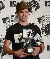 Justin Timberlake muestra sus tres galrdones al final de la gala. (AP)