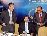 Mariano Rajoy, entre Emilio Botín (dcha.) y Miguel Blesa. (EFE)