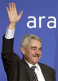 Pasqual Maragall saluda a sus simpatizantes. (EFE)