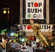 Los manifestantes contra Bush derriban una estatua con su efigie en Trafalgar Square. (AFP)