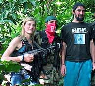 La alemana Reinhilt Weigel posa con un fusil junto a Asier Huegun y un miembro de la guerrilla. (REUTERS)