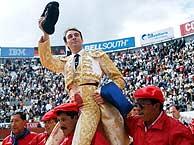 Ponce, a hombros. (EFE)
