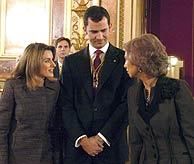 El Príncipe, con la Reina y su prometida. (EFE) VEA EL RESTO DE LAS IMÁGENES