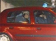 Imagen del momento del traslado de uno de los detenidos el martes en Francia. (AP)