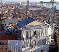 La Fenice de Venecia, la víspera de su reapertura. (AP)