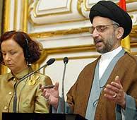 Hakim, en Madrid con la ministra de Exteriores española, Ana Palacio. (EFE)