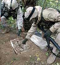 Soldados examinan la entrada al zulo.