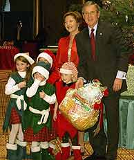 Bush y su esposa, en una cita navideña posterior al anuncio. (EPA)
