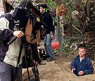 Los periodistas han visitado hoy la granja en la que se encontró el zulo de Sadam (Reuters)