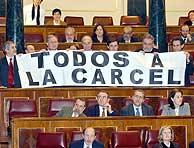 Los diputados de IU protestan en el Congreso. (EFE)