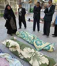 Un grupo de iraníes llora la muerte de sus familiares. (AP) Vea más imágenes.