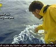 Un miembro de los equipos de rescate recoge una pieza del avión. (AP)