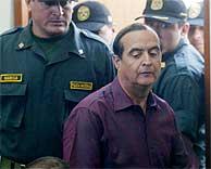 Vladimiro Montesinos rodeado de policías durante su comparecencia en el juicio oral. (REUTERS)