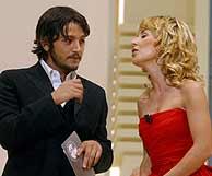 La actriz, en la gala de los Goya junto a su copresentador, Diego Luna. (AFP)