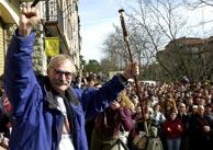 'Antxon' alza una 'makila' durante el homenaje. (EFE)