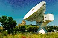 Antena de la ESA junto al castillo.