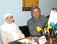 La madre de Hamed Abderramán y el abogado, Javier Nart. (EFE)