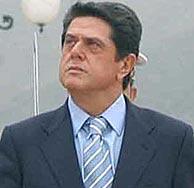 Federico Trillo pasando revista a las tropas ayer en Cartagena. (EFE)