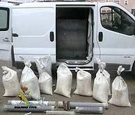 La furgoneta de los etarras y el material explosivo que contenía. (EFE)