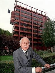 José Antonio Corrales, ante su edificio en el Paseo de la Castellana, 46, en Madrid. (Bernabé Cordón)