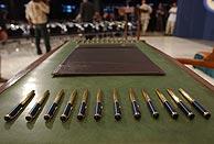 Las 25 plumas quedaron intactas sobre la mesa en la que el Consejo iraquí debía firmar la Constitución interina. (AP)