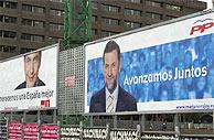 Carteles electorales del PP y el PSOE en Madrid. (EFE)