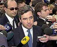 El ministro Acebes en los aledaños de la estación de Atocha. (EFE)