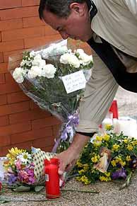 Un hombre deja una vela en la estación de Atocha. (REUTERS)