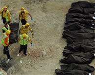 Bomberos trasladan un cadáver tras el atentado en Atocha. (AP)