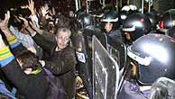 Manifestantes contra la guerra, en la sede del PP. (EFE)