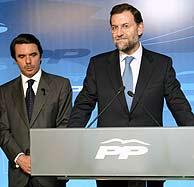Aznar y Rajoy, ante la prensa. (AFP)