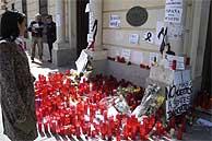 Cientos da alcalaínos continúan depositando velas en el ayuntamiento de Alcalá de Henares. (EFE)