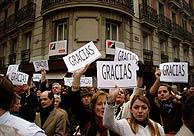 Los simpatizantes del PP, en Génova, dando las gracias a Aznar. (P.D. Sotero)