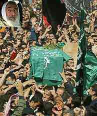 Cientos de palestinos llevan a hombros el féretro de Yasín. (AFP)