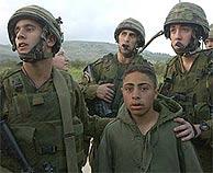 El niño detenido en el puesto de Hauara. (AP)
