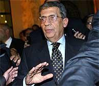 Amr Moussa, secretario general de la Liga Árabe, tras anunciar el aplazamiento. (AP)