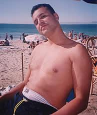 """""""Les gusta la ropa de marca, las discotecas, ir guapos, la playa"""", asegura una de las hermanas de Chaoui, al que vemos en esta imagen en la playa. (elmundo.es)"""