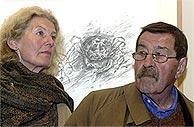 Günter Grass, con su mujer y una de sus obras. (EFE)
